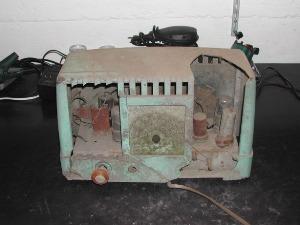 Rádio em muito mau estado antes do restauro