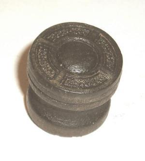 Sparton, réplica de um botão de madeira gravado finalmente