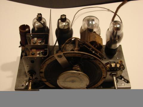 Recetor da Emissora Nacional chassis visto ligeiramente de frente