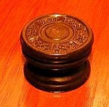 Sparton, réplica de um botão de madeira gravado a evolução