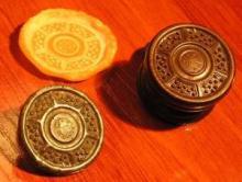 Sparton, réplica de um botão de madeira gravado terminado